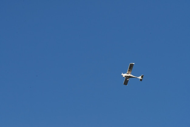 화창한 날에 푸른 하늘에서 높이 날아 복엽 비행기.