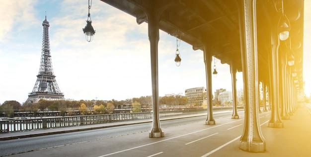 フランス、パリのエッフェル塔とbir hakeim橋