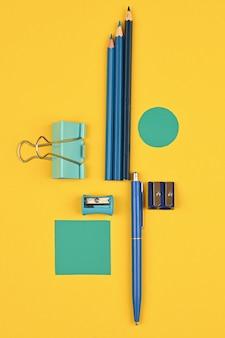 Канцелярские товары из березы на желтом фоне. фото высокого качества