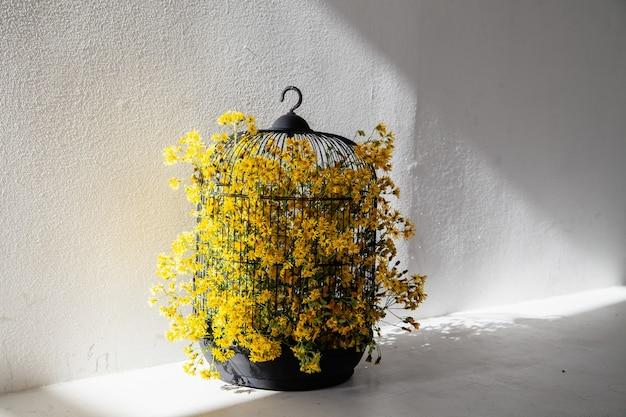 가정 장식을 위한 노란색 꽃이 있는 새장