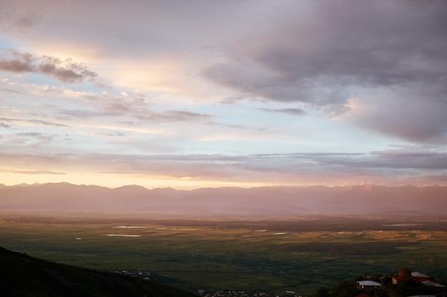 Alazani 계곡, 하늘에 구름에보기에 새 눈.