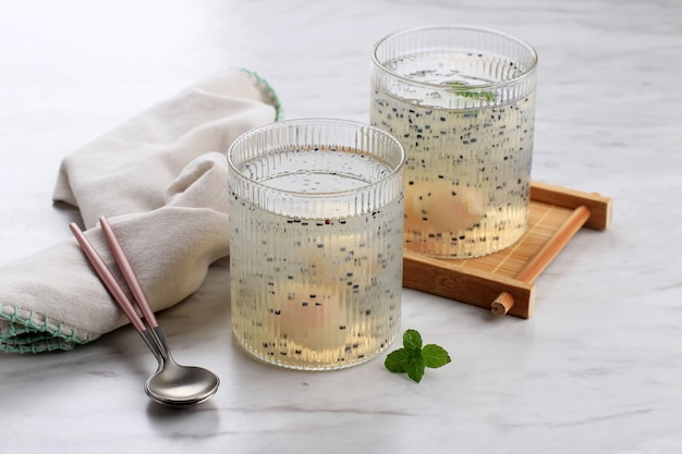 Bird nest ice или es sarang burung, индонезийская традиционная закуска из тертого желе, семян базилика, личи, простого сиропа и nata de coco. популярно во время ифтара, рамадана или такжиля. выбранный фокус