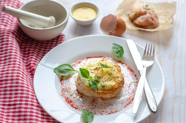 Рецепт птичьего гнезда - мясные гнезда, котлета из фарша, фаршированная яйцом и сыром. здоровая пища