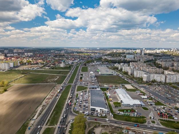住宅、道路、ショッピングセンターのあるウクライナのキエフの街並みのドローンからの鳥瞰図