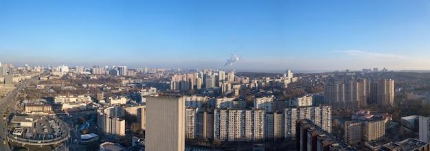 ドローンからキエフ中央バスステーション、ウクライナのヴェルナツキー国立図書館、近代的な建築地区までの鳥瞰図。ドローンからのパノラマビュー。
