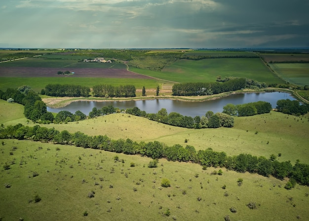 穀物畑の真ん中にある小さな池の鳥瞰図