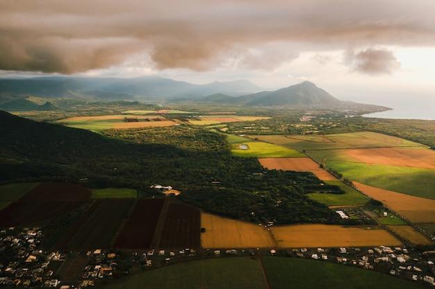 Вид с высоты птичьего полета на красивые поля, острова маврикий и горы.