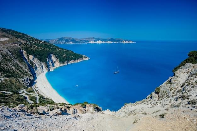 エキゾチックなミルトスビーチ、ケファロニア島、ギリシャの鳥瞰図。