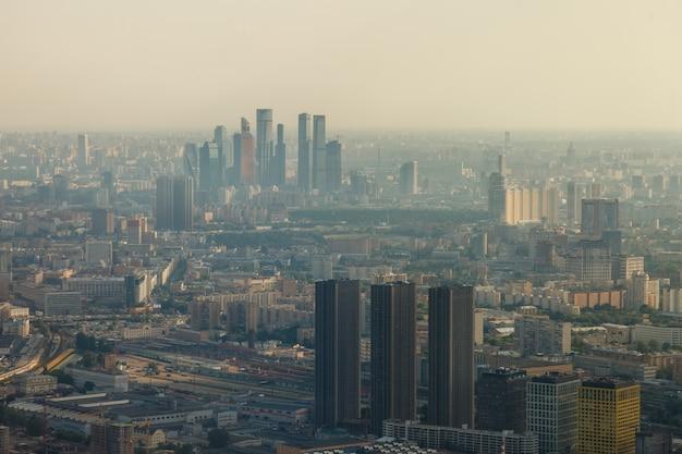 Город москва с высоты птичьего полета. вид из смотрового ресторана на останкинскую телебашню.