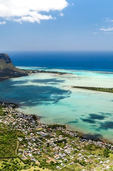 モーリシャス島のルモーンブラバント山の鳥瞰図。