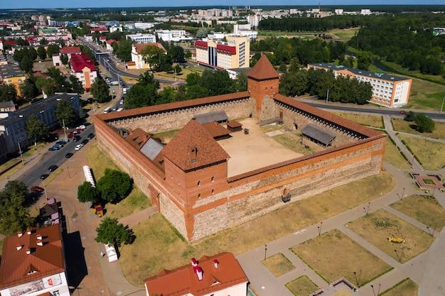 Средневековый лидский замок в лиде с высоты птичьего полета. беларусь. замки европы