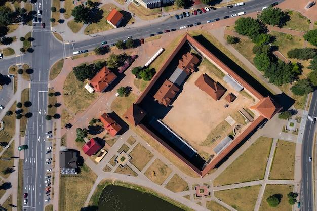 Средневековый лидский замок в лиде с высоты птичьего полета. беларусь. замки европы.