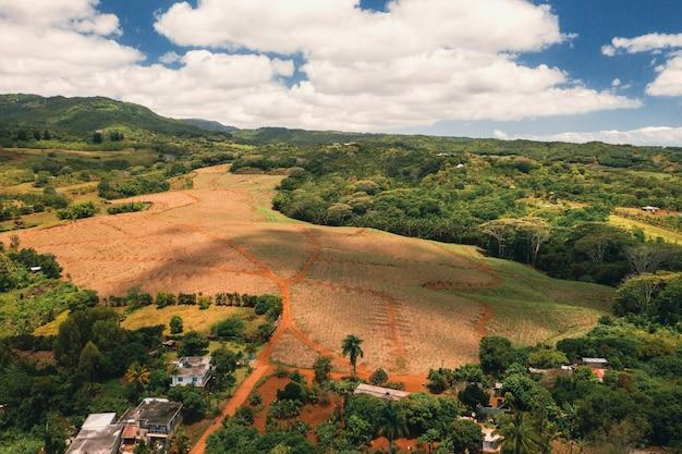 Вид с высоты птичьего полета на горы и поля острова маврикий. пейзажи маврикия.
