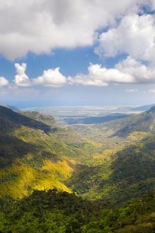 モーリシャス島の山々と野原の鳥瞰図。モーリシャスの風景。