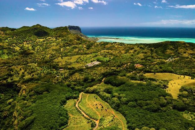 Вид с высоты птичьего полета на горы и поля острова маврикий