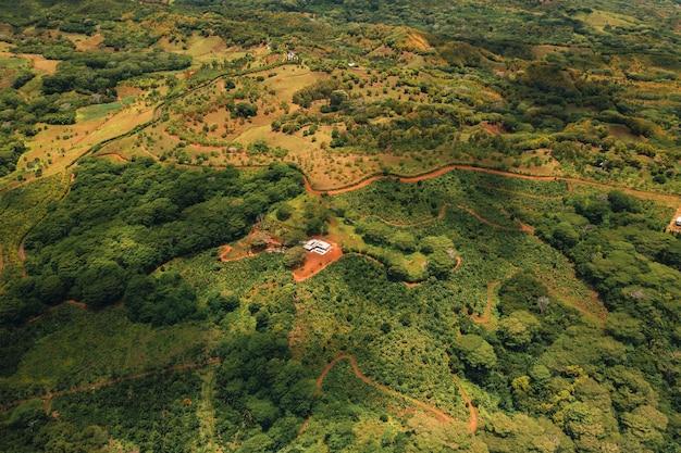 Вид с высоты птичьего полета на горы и поля острова маврикий.