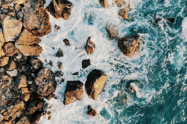Vista a volo d'uccello di una rottura della riva
