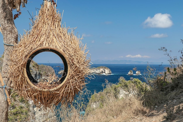 Птичье гнездо из соломы, туристическая зона на острове нуса пенида, вид на океан, недалеко от бали, индонезия, горизонтальная ориентация