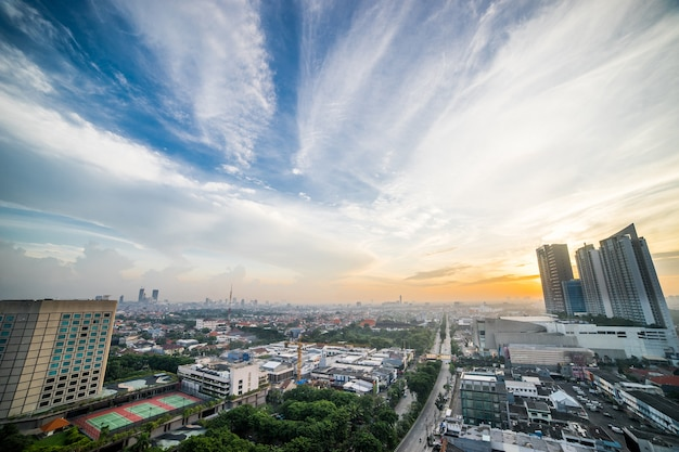インドネシア、スラバヤの日の出の街の鳥瞰図。