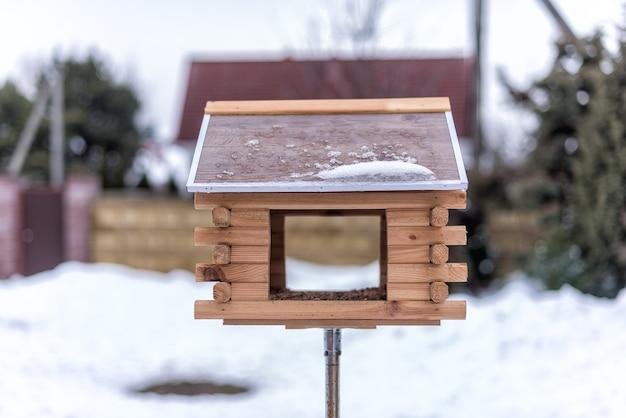 Скворечник для птиц во дворе зимой