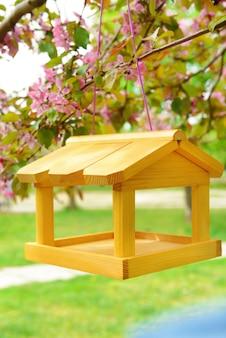 屋外の庭の巣箱