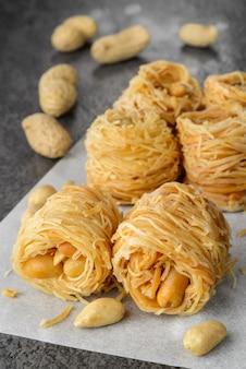 Десерт из пахлавы `` птичье гнездо '' с арахисом