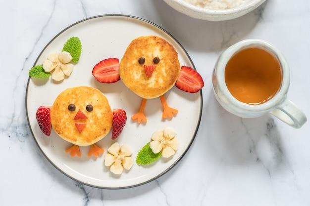 Блины с птицами и рикоттой на завтрак для детей