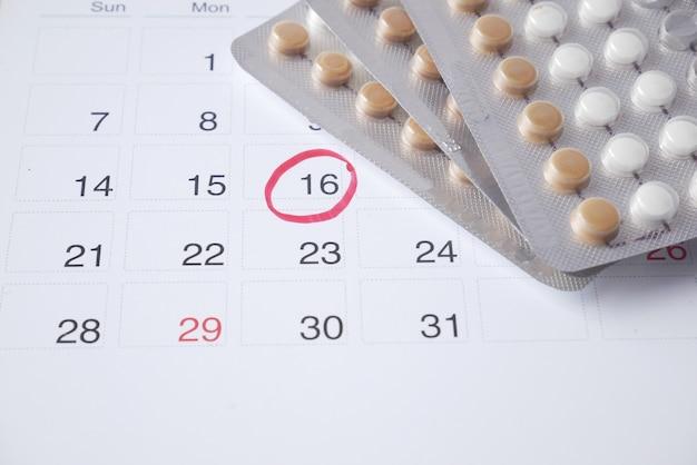 経口避妊薬のカレンダーとテーブルのメモ帳
