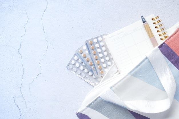 木製の背景の避妊薬をクローズアップ