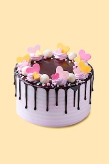 Торт ко дню рождения, украшенный розовыми и желтыми сердечками, изолированные copyspace