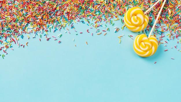 색종이와 롤리팝 블루, 상위 뷰, 복사 공간, 배너 생일 파티 개념 배경
