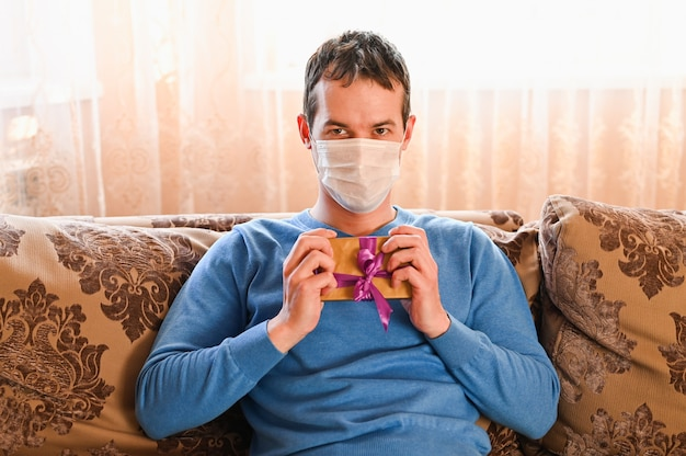 생일과 바이러스. 의료 마스크를 착용하는 남자. 코로나 바이러스 개념.