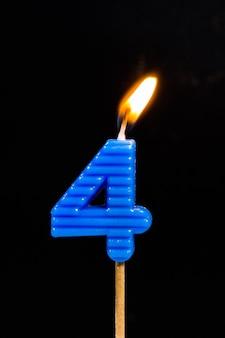 숫자를 보여주는 생일 기념일 촛불. 4 프리미엄 사진