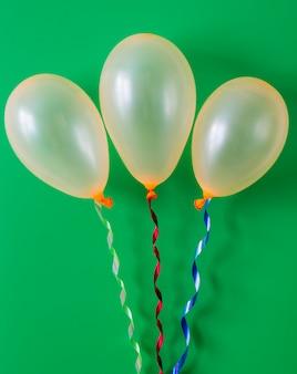 緑色の背景で誕生日バルーン