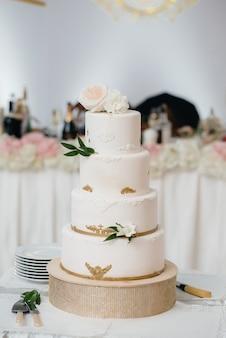 Торт ко дню рождения на крупном плане банкета. десерт.