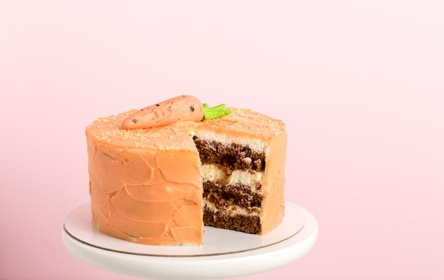 バースデーケーキ、ケーキスタンド、ピンクの背景、縦のフォーマット。
