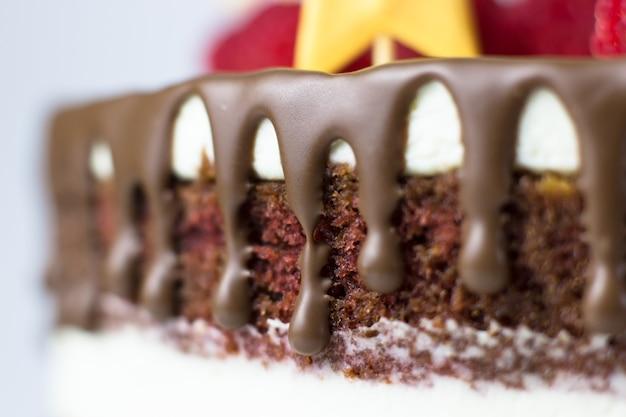 誕生日ケーキ。チョコレートケーキとクリームチーズ。チョコレートの染み