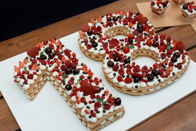 나이가 오는 생일 케이크. 여름 딸기와 숫자 케이크.