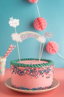 メガネと紙ストローで男の子と女の子のための誕生日ケーキ
