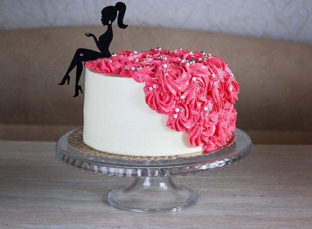 꽃으로 장식 된 젊은 아가씨를위한 생일 케이크