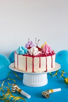 Торт на день рождения на синем столе