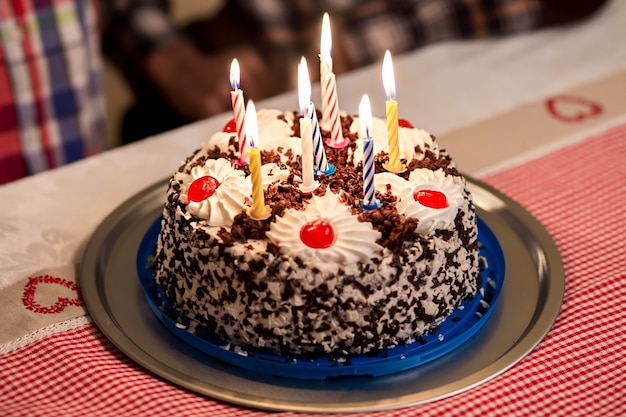 테이블 위의 생일 케이크 접시 위의 작은 생일 케이크 휴일마다 아이들을 위한 달콤한 서프라이즈 하...