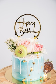 花のバースデーケーキまたはウエディングケーキ、マカロンと花のハッピーバースデーケーキ
