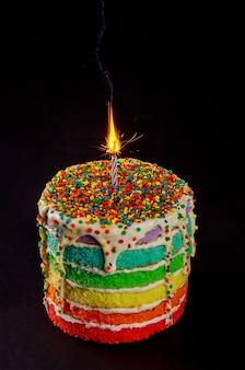燃えるろうそくと輝きのバースデーケーキ。閉じる。