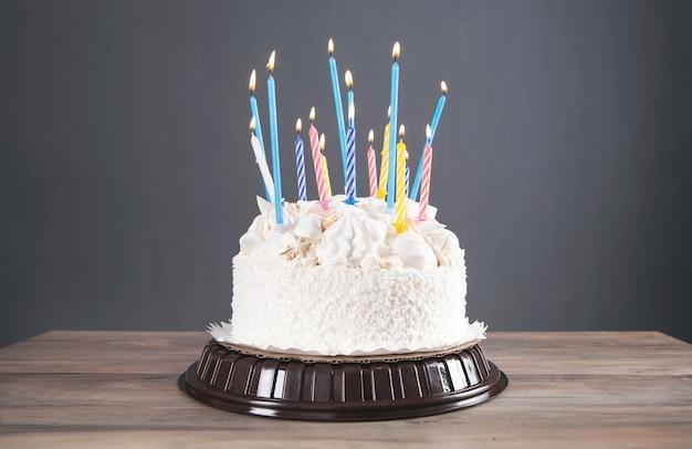 Именинный торт с зажженными красочными свечами.