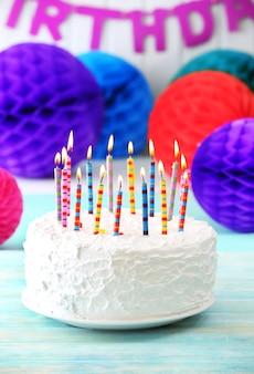 촛불과 장식으로 생일 케이크