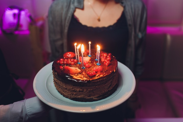 День рождения торт со свечами, яркие огни боке.