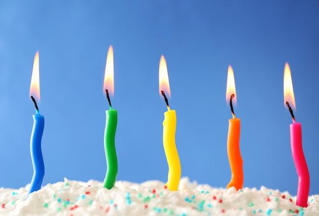 색상 표면에 촛불 생일 케이크