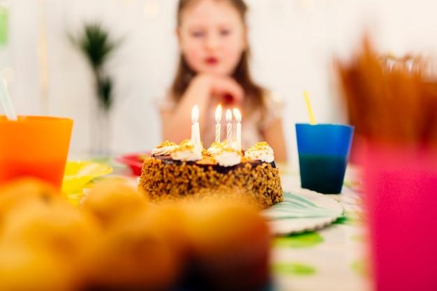 キャンドル、テーブル、誕生日ケーキ