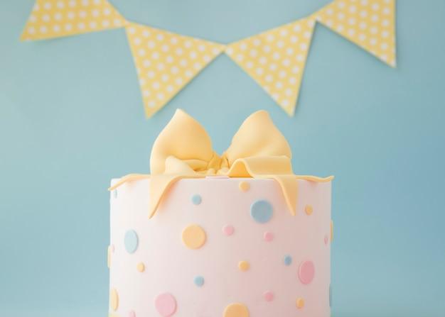 Торт на день рождения с декоративной гирляндой
